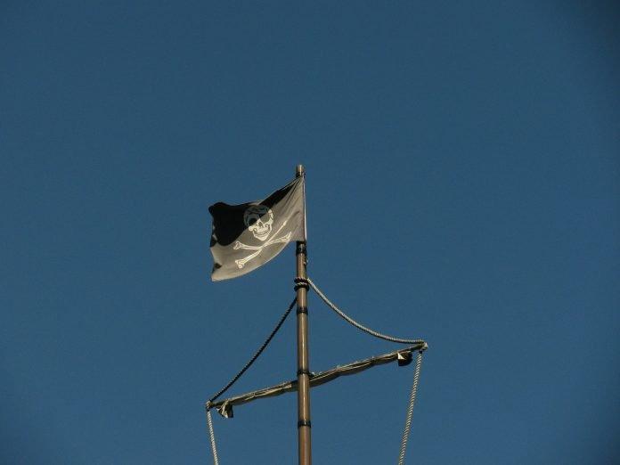 Piratflagga blå himmel
