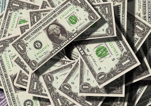 en hög med amerikanska dollar